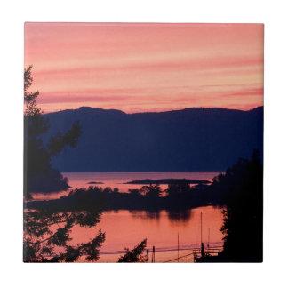 Puesta del sol rosada sobre el océano azulejos cerámicos
