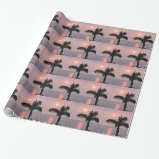Puesta del sol rosada tropical y palma papel de regalo