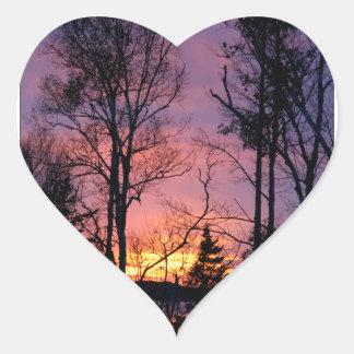 Puesta del sol rosada y anaranjada escénica pegatina en forma de corazón