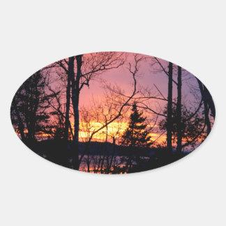 Puesta del sol rosada y anaranjada escénica pegatina ovalada
