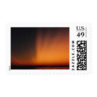 Puesta del sol septentrional espectacular del lago sellos