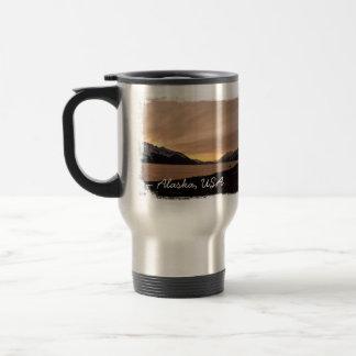 Puesta del sol sobre bahía de la fábrica de conser taza de café