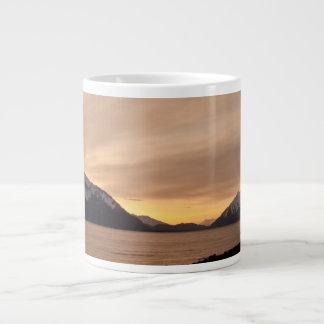 Puesta del sol sobre bahía de la fábrica de conser taza extra grande