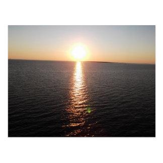 Puesta del sol sobre bahía móvil postales