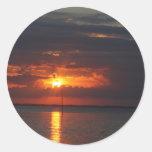 puesta del sol sobre bahía pegatina redonda