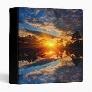 Puesta del sol sobre carpeta del lago