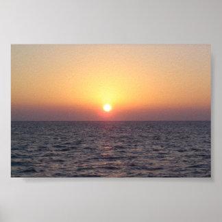 Puesta del sol sobre el agua posters