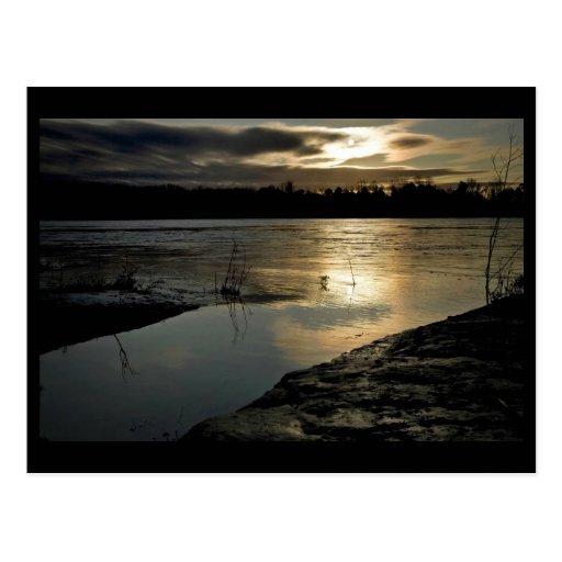 Puesta del sol sobre el fangoso grande tarjeta postal
