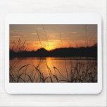 Puesta del sol sobre el lago alfombrilla de ratón