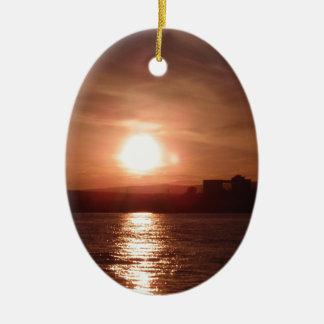 Puesta del sol sobre el lago ornamentos de reyes magos