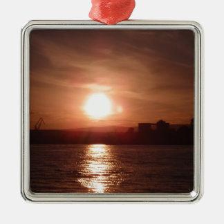 Puesta del sol sobre el lago ornamento de navidad