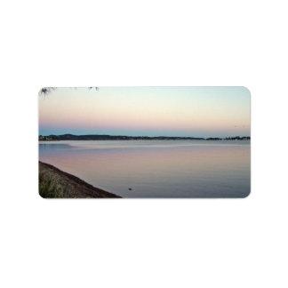 Puesta del sol sobre el lago etiquetas de dirección