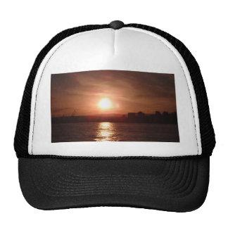 Puesta del sol sobre el lago gorro