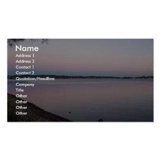 Puesta del sol sobre el lago hermoso tarjetas de visita