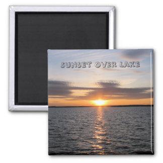 Puesta del sol sobre el lago iman
