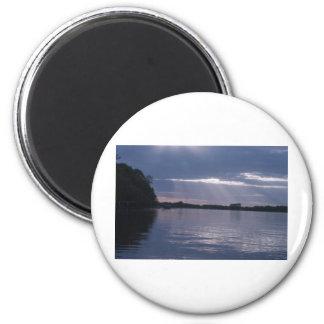 Puesta del sol sobre el lago imán redondo 5 cm