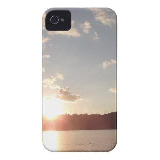 Puesta del sol sobre el lago iPhone 4 Case-Mate cárcasas
