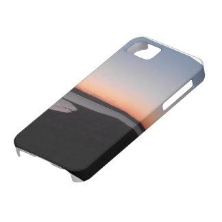 Puesta del sol sobre el lago iPhone 5 fundas
