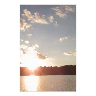 Puesta del sol sobre el lago papeleria personalizada