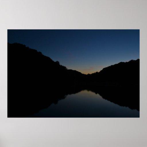 Puesta del sol sobre el lago póster