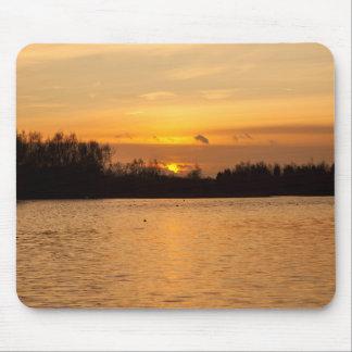 Puesta del sol sobre el lago alfombrillas de ratones