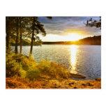 Puesta del sol sobre el lago tarjeta postal