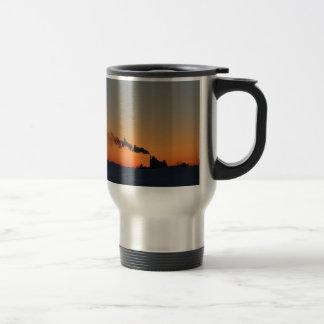 Puesta del sol sobre el lago tazas de café