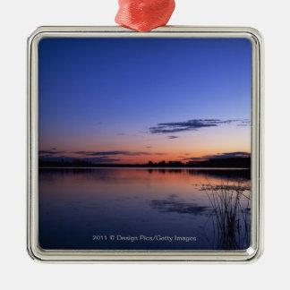 Puesta del sol sobre el lago Wabamun con la hierba Adorno