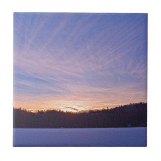 Puesta del sol sobre el lago y árboles nevados azulejo cuadrado pequeño