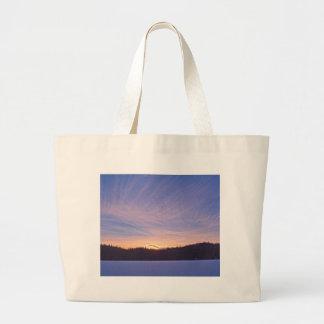 Puesta del sol sobre el lago y árboles nevados bolsa tela grande