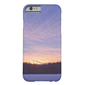 Puesta del sol sobre el lago y árboles nevados funda para iPhone 6 barely there