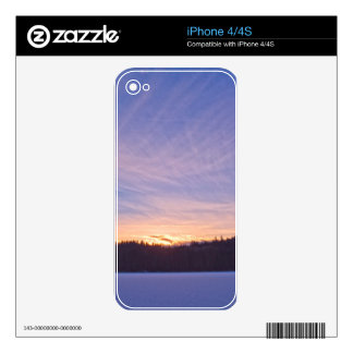 Puesta del sol sobre el lago y árboles nevados iPhone 4 calcomanía