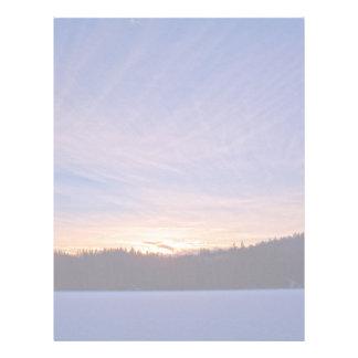 Puesta del sol sobre el lago y árboles nevados plantilla de membrete