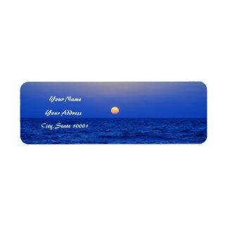 Puesta del sol sobre el mar etiqueta de remite