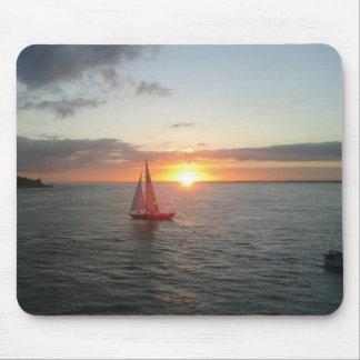 Puesta del sol sobre el mar tapetes de raton