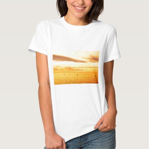 Puesta del sol sobre el mar tee shirts