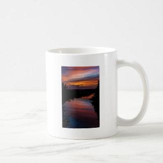 Puesta del sol sobre el pantano de la Florida Taza Clásica