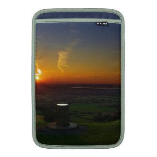 Puesta del sol sobre el pico de Coaley en Fundas Para Macbook Air