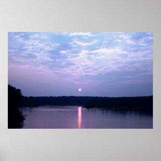 Puesta del sol sobre el poster del lago falls (cuc