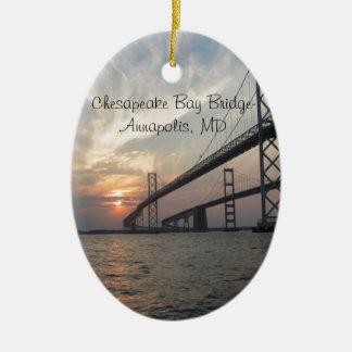 Puesta del sol sobre el puente de la bahía de adorno navideño ovalado de cerámica