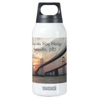 Puesta del sol sobre el puente de la bahía de botella isotérmica de agua