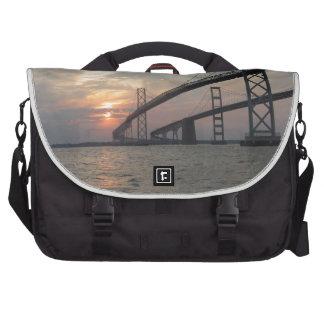 Puesta del sol sobre el puente de la bahía de Ches Bolsas De Portátil