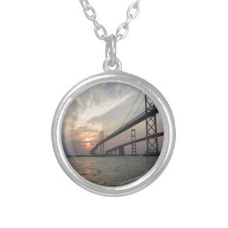 Puesta del sol sobre el puente de la bahía de Ches Grimpolas Personalizadas