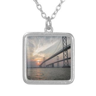 Puesta del sol sobre el puente de la bahía de Ches Collar Personalizado