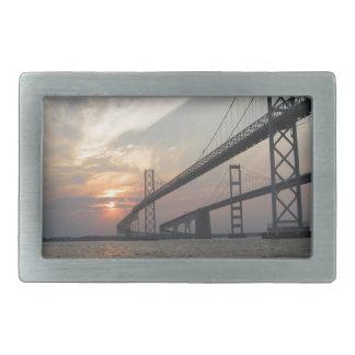 Puesta del sol sobre el puente de la bahía de Ches Hebilla Cinturon