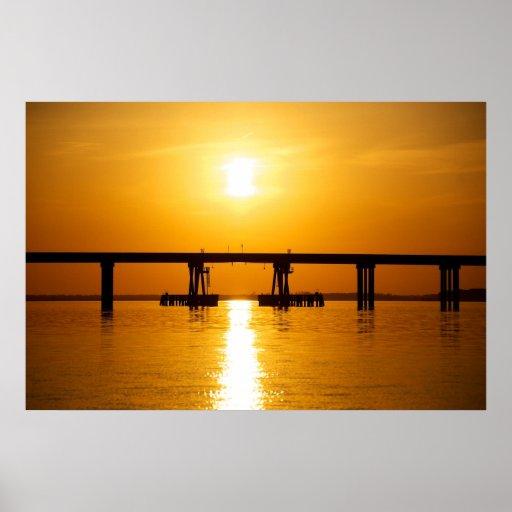 Puesta del sol sobre el puente de la bahía de Ochl Posters