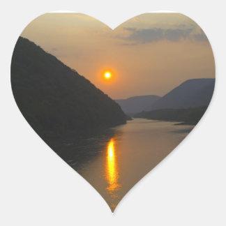 Puesta del sol sobre el río Susquehanna Calcomanía Corazón Personalizadas