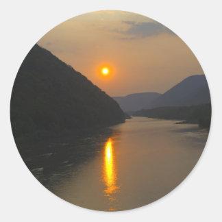 Puesta del sol sobre el río Susquehanna Etiquetas Redondas
