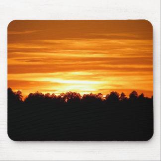 Puesta del sol sobre el Treeline Alfombrillas De Raton