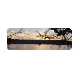 Puesta del sol sobre etiquetas del remite del lago etiquetas de remite